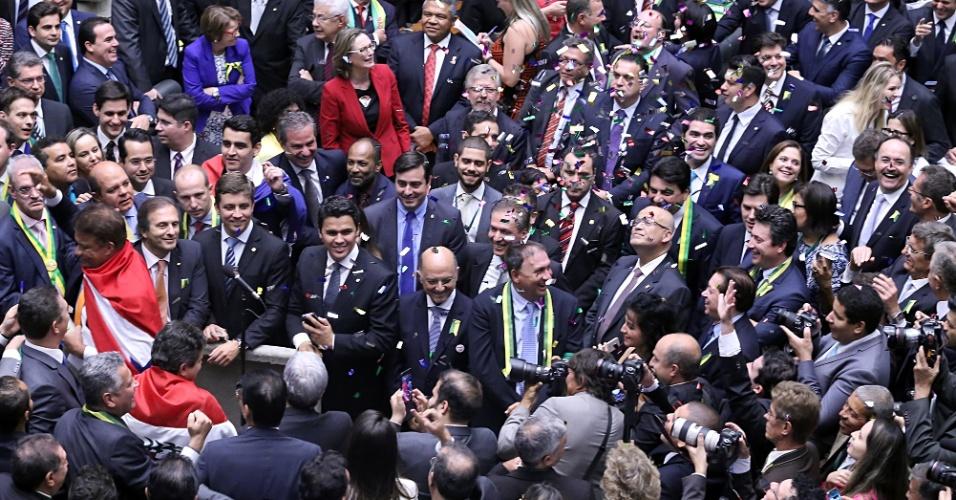 17abr2016---deputado-wladimir-costa-sd-pa-solta-confetes-logo-apos-votar-pela-continuacao-do-processo-de-impeachment-da-presidente-dilma-rousseff-na-camara-dos-deputados-1460930643511_956x500
