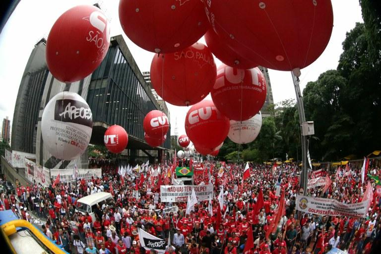 """O pronunciamento das ruas grita um rotundo """"não"""" a toda e qualquer ameaça às conquistas sociais"""