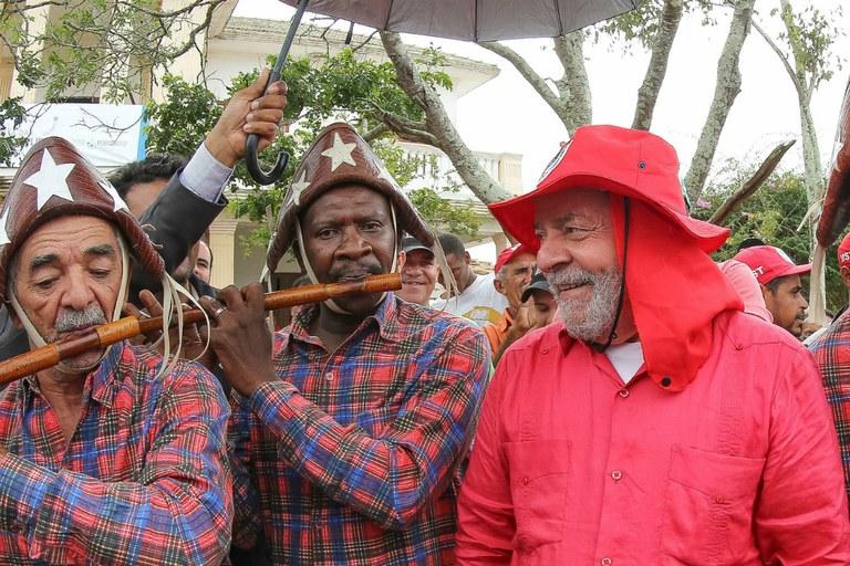 Lula em visita a acampamento do MST em julho: ele é o símbolo