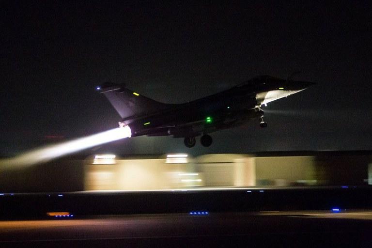 Caça francês decola para novo ataque aéreo na Síria
